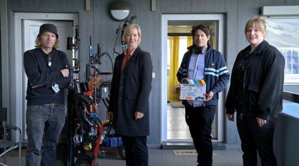 """Die Dreharbeiten für """"Heile Welt"""" haben begonnen. Auf dem Bild: Philipp Kirsamer (Kamera), Anna Schudt (""""Martina Bönisch"""") Sebastian Ko (Regie) und Stefanie Reinsperger (""""Rosa Herzog"""")."""