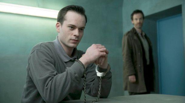 """Häftling Markus Graf (Florian Bartholomäi, l) hat um ein persönliches Gespräch mit Kommissar Peter Faber (Jörg Hartmann, Hintergrund) gebeten. """"Tollwut"""" ist der vierte """"Wunsch-'Tatort'""""."""