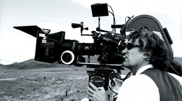 Wim Wenders an der Kamera. Am 14. August zeigt die ARD anlässlich seines 75. Geburtstags eine Doku über das Wirken und die Arbeit des Regisseurs.