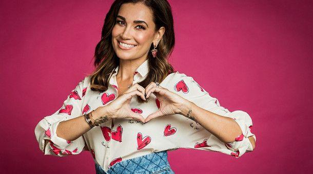 """Die Herzchen auf der Bluse sind Programm: Jana Ina Zarrella moderiert """"Love Island""""."""