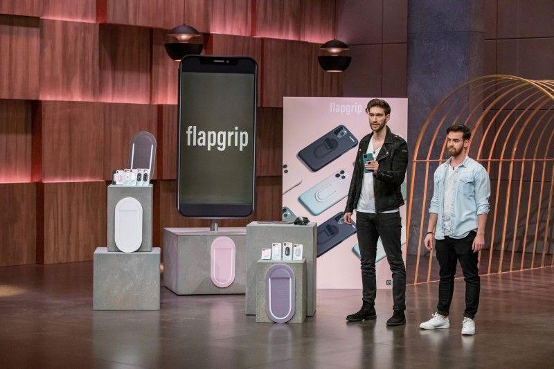 <b>flapgrip:</b> Philip Deml und Cem Dogan haben eine multifunktionale Smartphone-Halterung entwickelt. 125.000 Euro für 15 Prozent Firmenanteile wollen sie, gleich mehrere Investoren haben Interesse. Ralf Dümmel bietet den Betrag für 25 Prozent und bekommt den Deal.