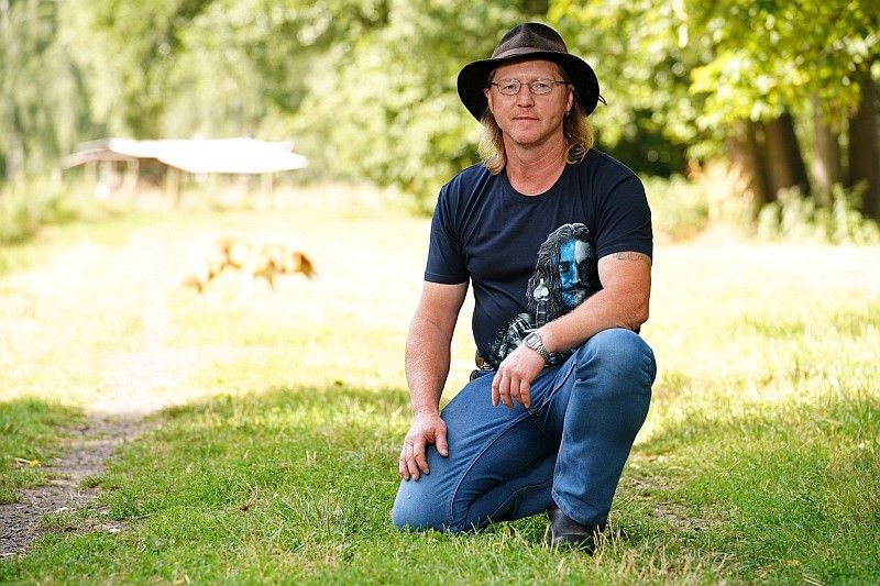 Rinderwirt Lutz (52, Landkreis Leipzig) wünscht sich eine aktive, sportliche Frau zwischen 40 und 50 Jahren, die Lust hat sich auf seinem Hof einzubringen.