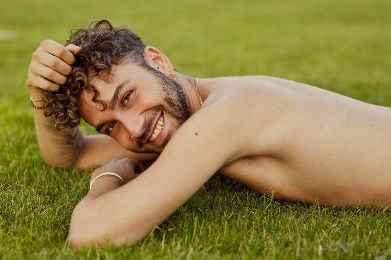 """Andrea (24) arbeitet in Bayreuth als Friseur. Die Datingshow ist für ihn """"eine Alternative zu den ganzen Apps ist: Es ist schwer, etwas Ernstes in der Community zu finden."""" Erst zwei Wochen vor den Dreharbeiten sagte er seine Mutter, dass er schwul ist."""