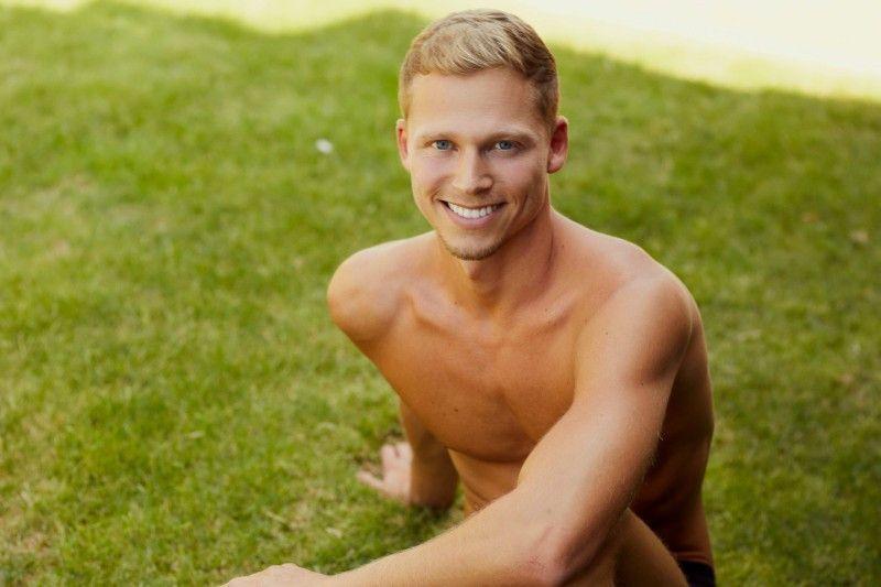 """Joachim (29) ist Bankangestellter in Auszeit. Er kommt aus Schwechat in Österreich und sucht nach einer monogamen Beziehung. Seine Masche ist Schüchternheit: """"Ich bin eigentlich nicht schüchtern, aber ein unsicheres Grinsen bricht oft das erste Eis"""", sagt er."""