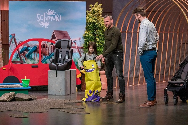 <b>Schmuki:</b> Der Schmutzsack für Kinder soll z.B. Autositze vor Verschmutzung schützen, wenn die Kleinen draußen im Matsch gespielt haben. Ralf Dümmel sticht Nils Glagau aus, er bekommt 40 Prozent der Firmenanteile für 100.000 Euro.