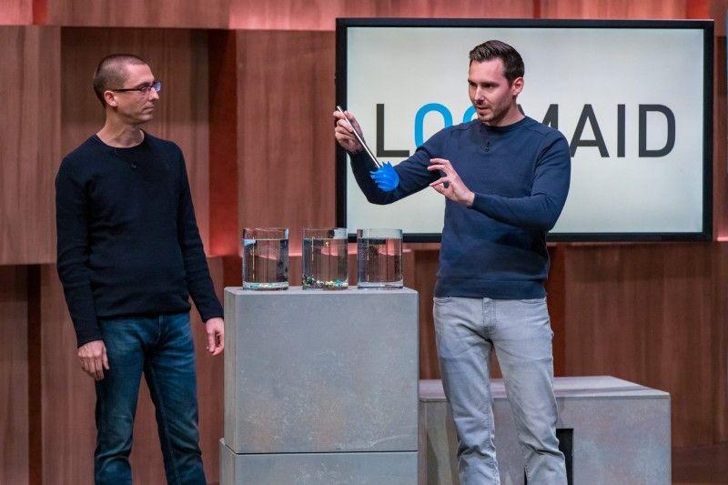 <b>LOOMAID:</b> Die Klobürste aus Silikon reinigt sich bei jedem Spülvorgang selbst. Ralf Dümmel sticht Dagmar Wöhrl aus und holt sich 20 Prozent der Firmenanteile für 200.000 Euro.