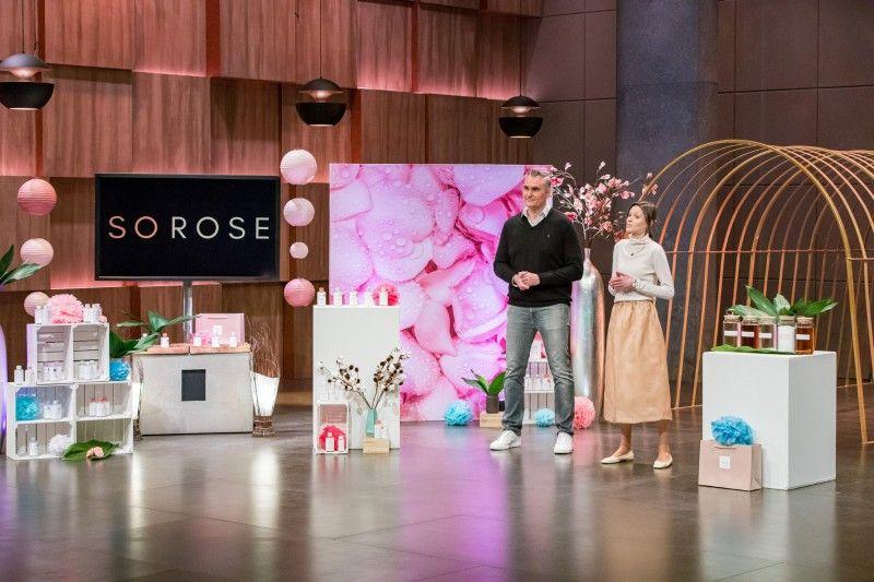 """<b>SOROSE:</b> Eigentlich wollen die Gründer ihr Rosenwasser an die """"Löwen"""" bringen, doch Judith Williams ist auch am Online-Shop interessiert. Sie sichert sich 33,3 Prozent der Firmenanteile für 200.000 Euro. Der Deal kommt nach der Show aber nicht zustande."""