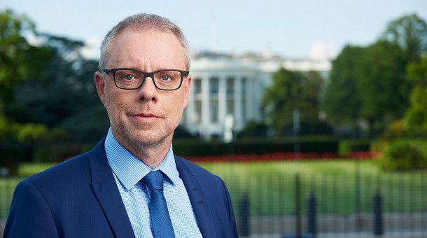 """Stefan Niemann moderiert den """"Weltspiegel extra"""" mit dem TV-Duell zwischen Donald Trump und Joe Biden in der ARD."""
