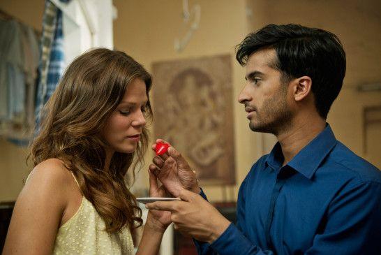 Maravan (Hamza Jeetooa) überrascht Andrea (Jessica Schwarz) mit seinem ganz besonderen Menü.