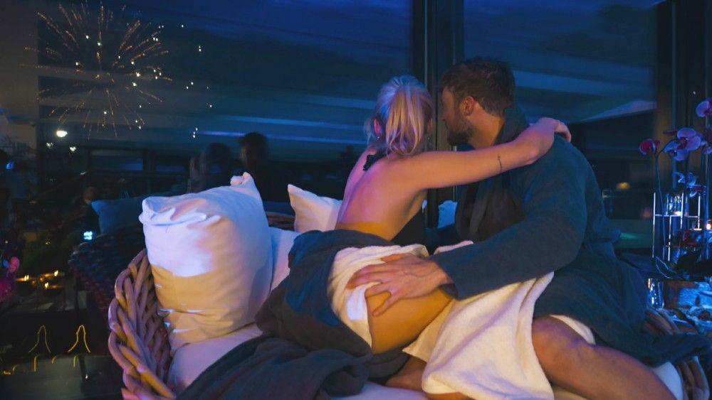 Danach kuscheln die beiden beim Feuerwerk.