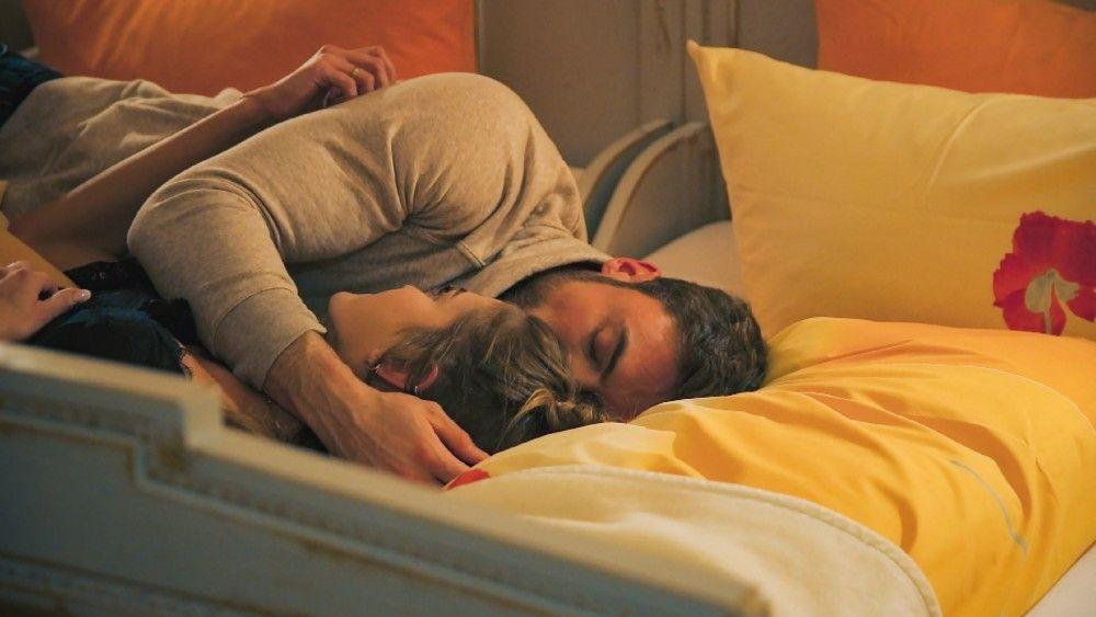 Bei einer Pyjama-Party versucht Niko, Mimi zu trösten.