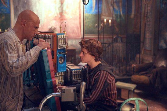 Bob (Lucas Hedges, rechts) soll Qohen (Christoph Waltz, links) helfen, die Frage aller Fragen zu lösen.