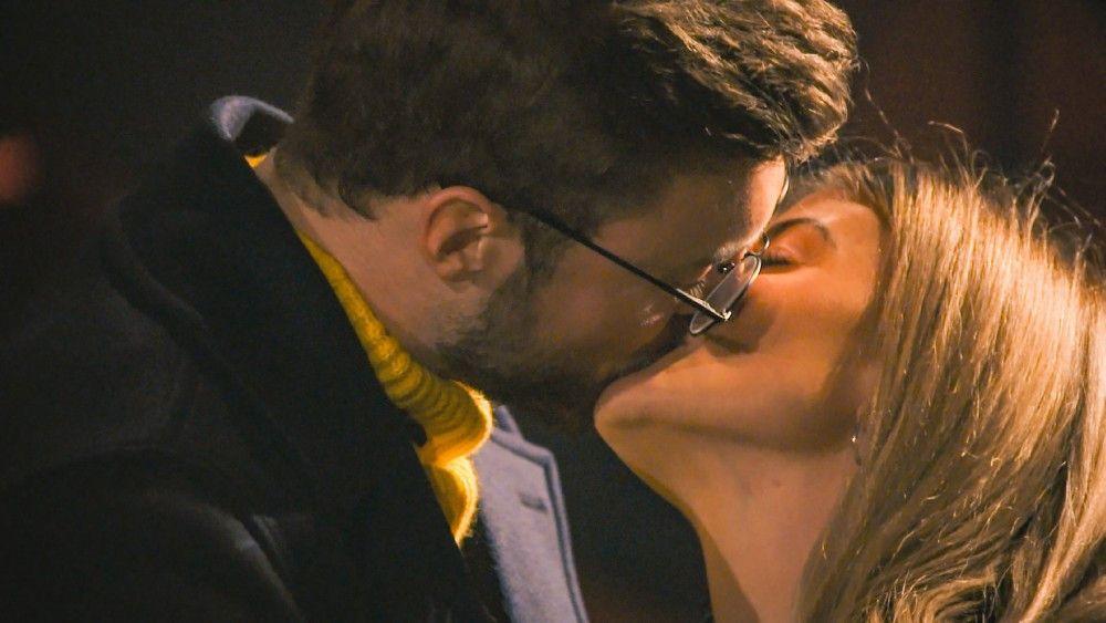 Dann erwärmen Niko und Stephie beim Einzeldate das Herz der Zuschauer – oder zumindest ihr eigenes. Die beiden küssen sich.