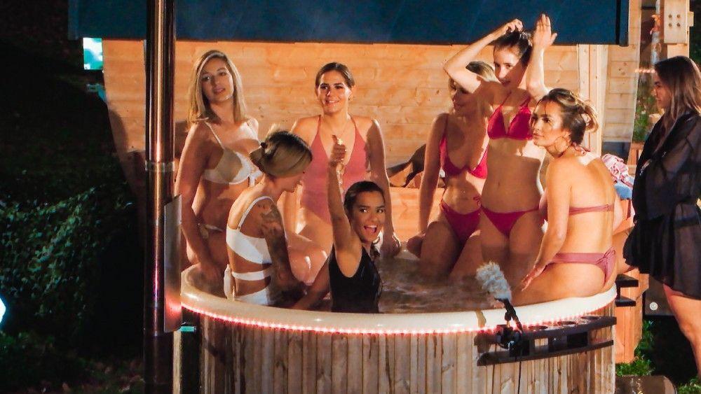 """Passend zum Wintereinbruch in Deutschland wird es heiß beim """"Bachelor"""": Die vierte Folge startet mit einem Gruppen-Bad im Jacuzzi."""