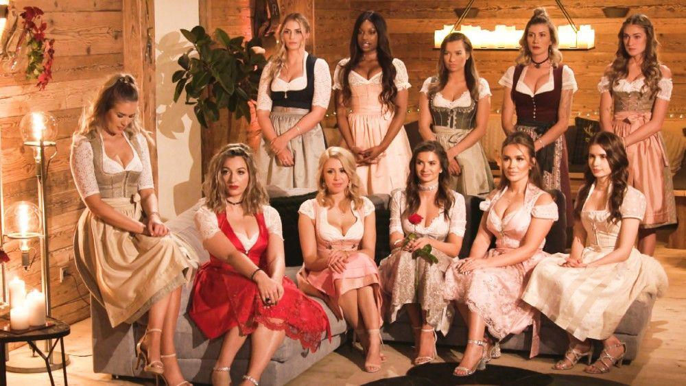 """Der """"Bachelor"""" und die Kandidatinnen sind von Berlin nach Bayern gezogen. Da sind Dirndls in der Nacht der Rosen angesagt. Niko muss wieder aussortieren. Und hinter dem """"Bachelor"""" liegt eine ereignisreiche Folge."""