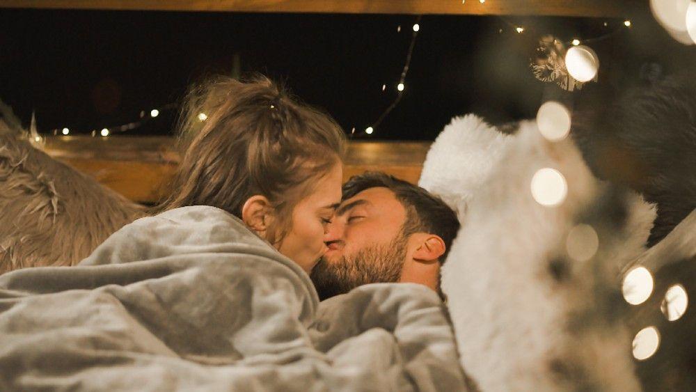 Die beiden küssen sich und verbringen anschließend sogar die Nacht zusammen. Es ist das erste Übernachtungsdate der Staffel.