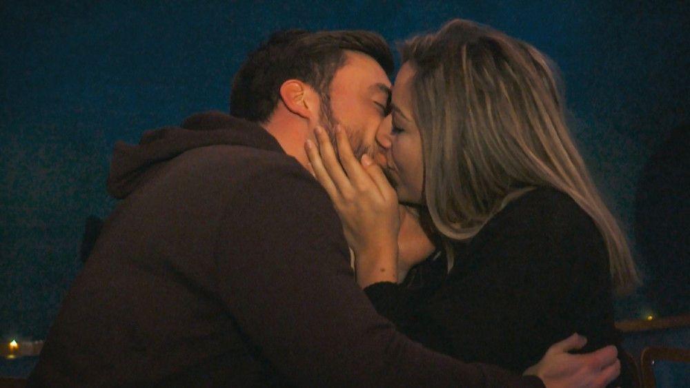 Niko und Hannah küssen sich beim Einzeldate auf einer Sternwarte.