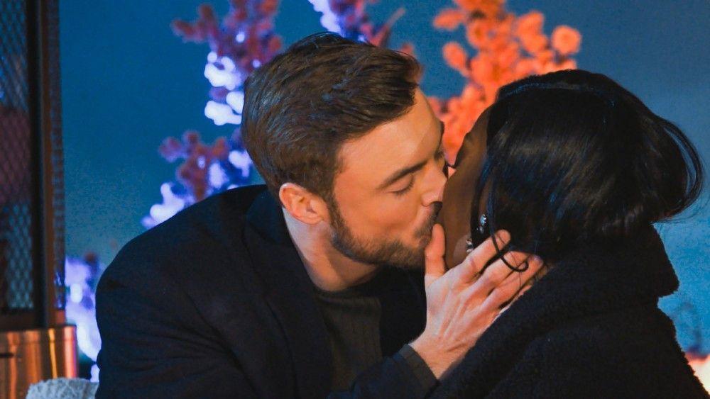 Und Linda holt sich in der Nacht der Rosen ihren ersten Kuss ab.