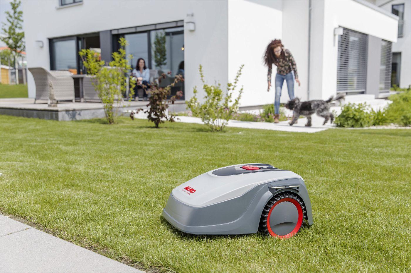 Intelligente Gartenpflege gehört mit dem Robolinho® 500 E zur Gegenwart.