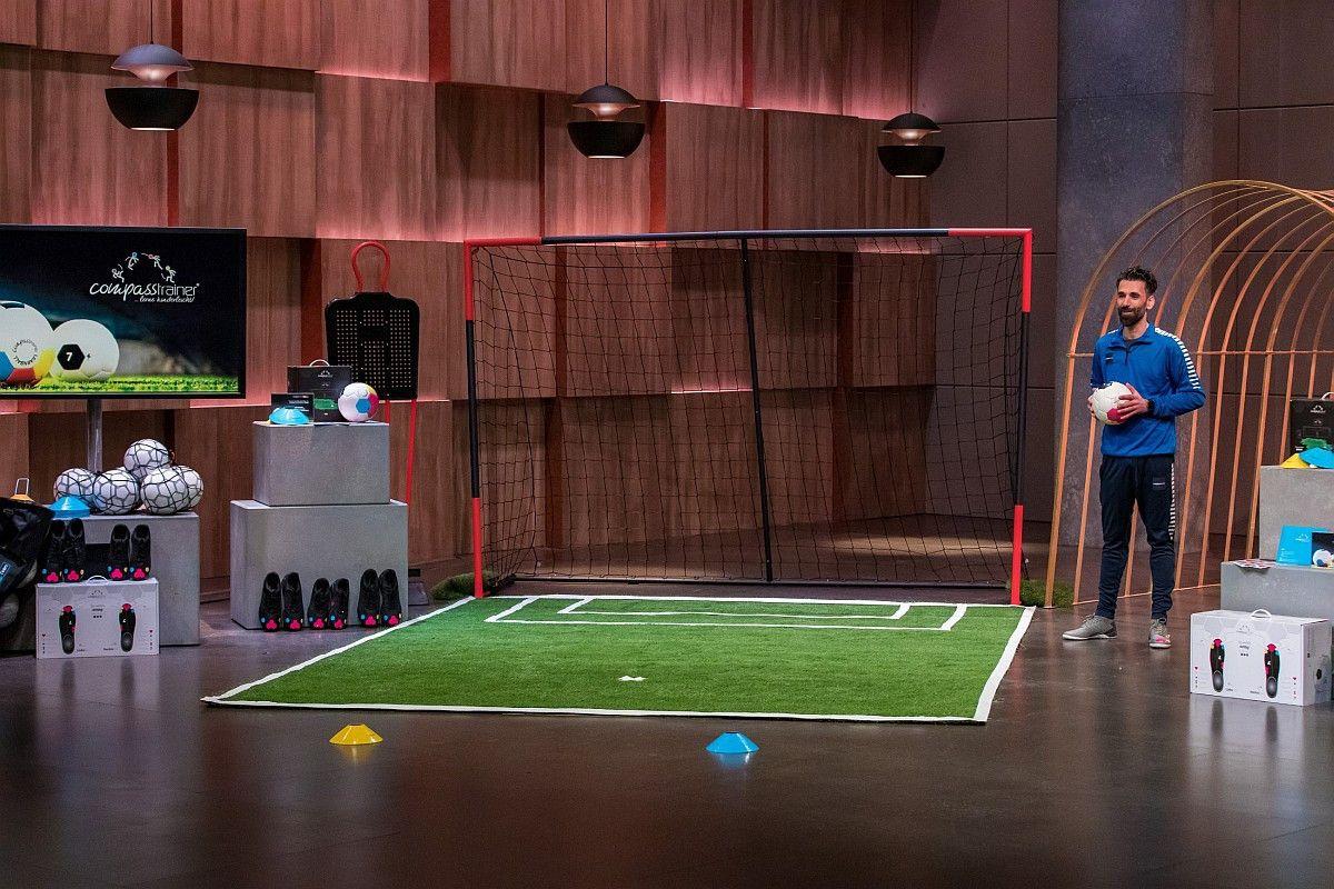 """<b>Folge 1:</b> Devran Sezek stellt seinen """"Compasstrainer"""" vor. Mit dem Sportprodukt, das mit verschiedenen Farben und Komponenten arbeitet, sollen Kinder spielend leicht die richtige Schusstechnik lernen. Nils Glagau investiert 150.000 Euro für 30 Prozent der Firmenanteile. <b>Im Nachhinein platzt der Deal.</b>"""