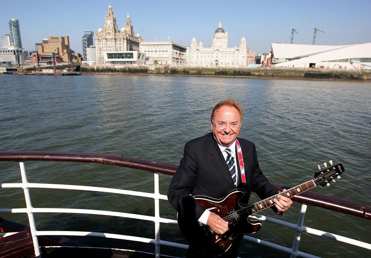"""Gerry Marsden, Sänger der Band """"Gerry & the Pacemakers"""" starb am 3. Januar an einer Herzentzündung. Mit seiner Band coverte er das Lied """"You'll Never Walk Alone"""", das zur Stadionhymne des FC Liverpool wurde."""