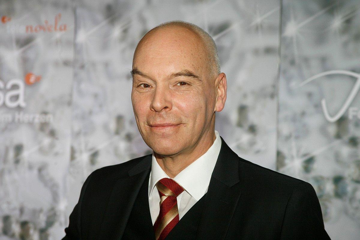 """Schauspieler Thomas Gumpert spielte in Serien wie """"Verbotene Liebe"""" und """"Alisa – Folge deinem Herzen"""" und zudem am Theater. Am 7. Januar 2021 starb er nach kurzer, schwerer Krankheit."""