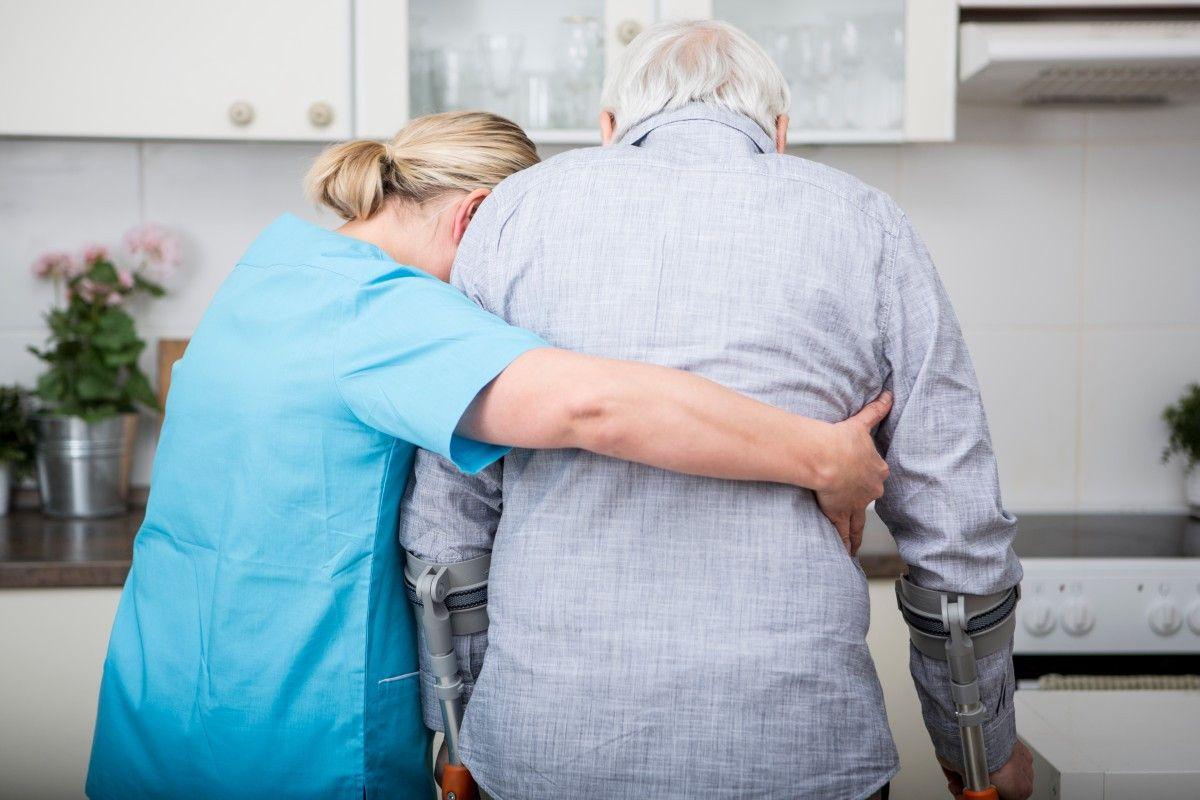 Im Alter sind viele Menschen auf Hilfe angewiesen. Die Pflege ist dabei häufig aufwendig und kostenintensiv.