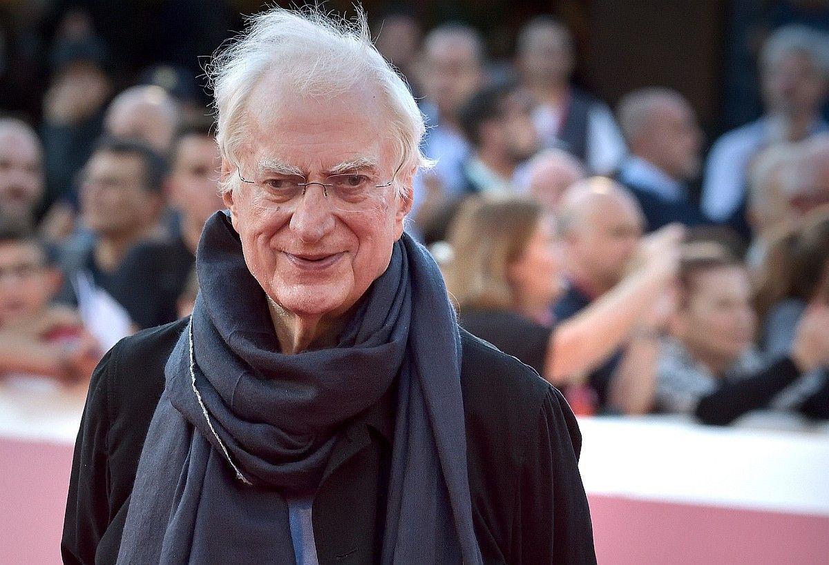 """Der französische Filmemacher Bertrand Tavernier galt in seiner Heimat als Kinolgende. Zu seinen bekanntesten Werken zählen """"Der Uhrmacher von St. Paul"""", """"Der Saustall"""" und """"Das Leben und nichts anderes"""". Er starb am 25. März im Alter von 79 Jahren."""