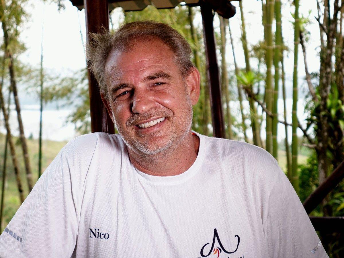 <b>Nico (47)</b> aus Costa Rica hat eine Bio-Permakultur-Farm mit Hotel. Gestrandet ist er vor über 16 Jahren in Costa Rica, wo er sich sein eigenes Paradies geschaffen hat. Mit der richtigen Partnerin an seiner Seite wäre der Weltenbummler bereit, endlich Wurzeln zu schlagen. <b>Hobbies: </b> Reisen, Yoga, Schwimmen und Wandern