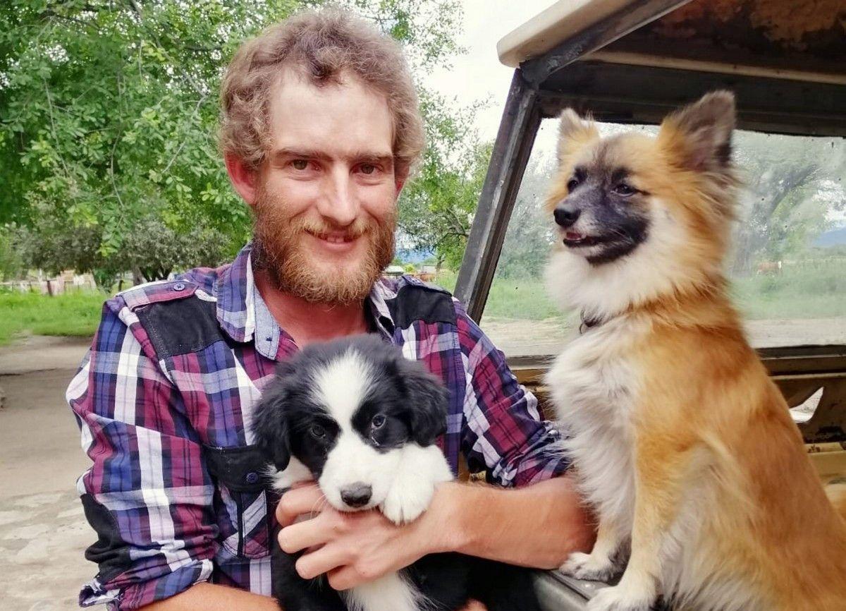 <b>Matthias (30)</b> aus Namibia betreibt eine Holz- und Rinderwirtschaft mit 200 Rindern, Schafen, Hunden und Enten. Matthias wurde in Südafrika geboren. Er wurde zusammen mit seinem Zwillingsbruder Hanno adoptiert und zog noch im Kindesalter mit seinen Adoptiveltern nach Namibia in eine deutsche Community. Er wünscht sich eine starke Frau, die mit anpackt. <b>Hobbies:</b> Autos, Freunde treffen