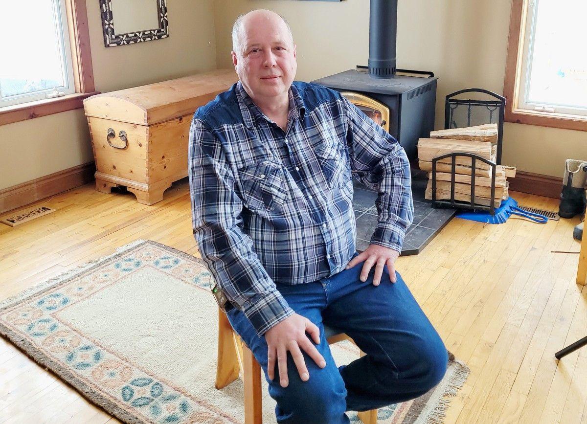 <b>Hans (62)</b> lebt seit 2005 in Kanada. Er hat eine Tier- und Selbstversorgerfarm mit Alpakas, Lamas, Pferden und Ziegen. Nach einer Phase des bewussten Alleinseins freut sich Hans auf eine Frau, die die gleichen Werte teilt. <b>Hobbies: </b> an alten Autos schrauben