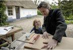 Finn (Mels van der Hoeven) schaut seinem Vater (Daan Schuurmans) bei der Arbeit zu.