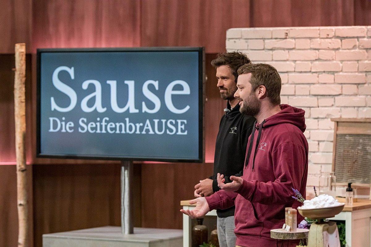 """<b>Folge 4:</b> Moritz Simsch und Sebastian Jung haben """"Sause"""" entwickelt, Brausetabletten für den Seifenspender. Judith Williams investiert 200.000 Euro und bekommt dafür 25 Prozent der Firmenanteile."""