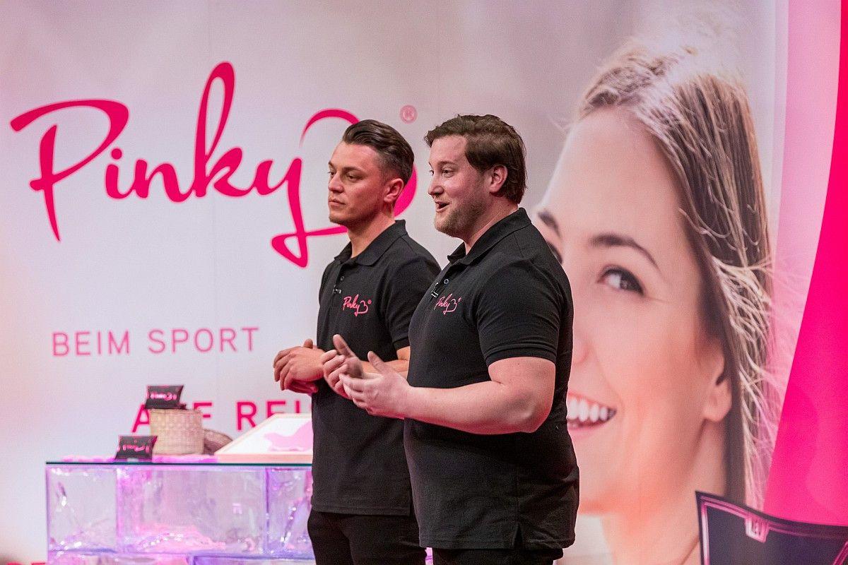 <b>Folge 4:</b> Pinky ist ein blickdichter und geruchsneutralisierender Handschuh, der Frauen die Möglichkeit geben soll, egal wo sie sind, Tampons oder Binden hygienisch zu entsorgen. Ralf Dümmel schnappt sich 20 Prozent der Firmenanteile für 30.000 Euro.