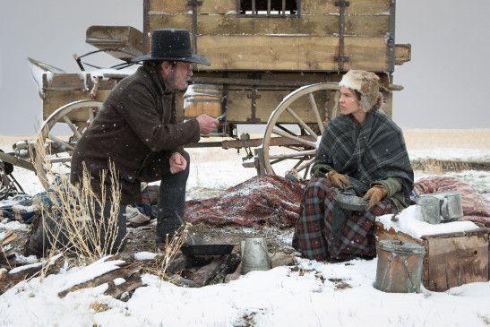 Nebraska, Mitte des 19. Jahrhunderts. Mary Bee Cuddy (Hilary Swank) lebt gottesfürchtig und allein in einer kleinen Grenzstadt in den endlosen Weiten des Wilden Westens.