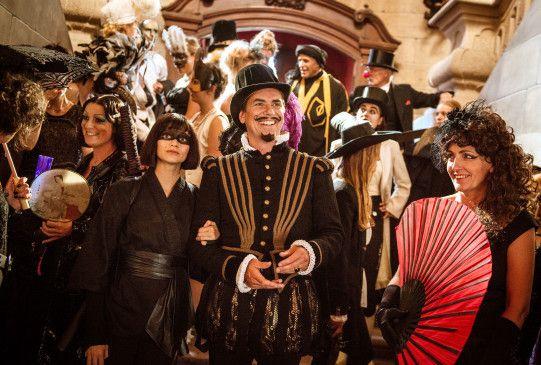 Schlechte Stimmung auf Schloss Falkenstein: Mitten in den Vorbereitungen zum großen Kostümfest wird plötzlich eingebrochen.