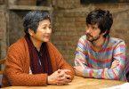 Nach dem Unfalltod von Kai besucht Richard, sein Lebenspartner, Kais Mutter Junn im Seniorenheim.