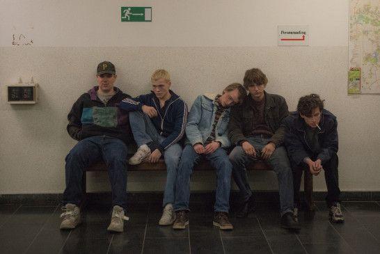 Dani, Mark, Rico, Pitbull und Paul sind Freunde in Leipzig.