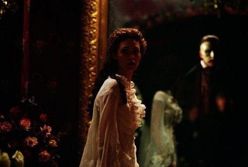 Christine (Emma Rossum) wird vom Phantom der Oper (Gerard Butler) überrascht. Damit ihre bezaubernde Stimme nicht vergeudet wird, entführt sie in die Katakomben der Oper. Dort angekommen soll sie nur noch für ihn singen.