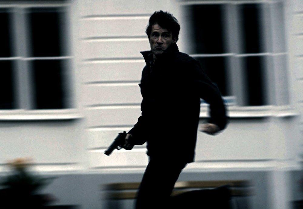 Christian Suneson (Michael Mueller) plant eine Computer-Attacke auf das globale Bankensystem.
