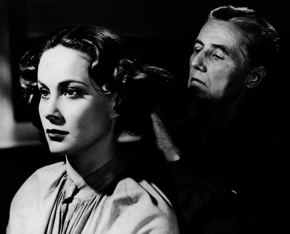 Mrs. Maddalena Paradin (Alida Valli) wird ins Untersuchungsgefängnis eingeliefert. Eine Wärterin löst ihre Frisur. Mrs Paradin steht in Verdacht, ihren blinden Ehemann vergiftet zu haben (Wärterin unbekannt).