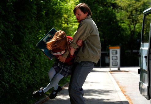 Wolfgang Priklopil (Thure Lindhardt) kidnappt die 10-jährige Natascha Kampusch (Amelia Pidgeeon).