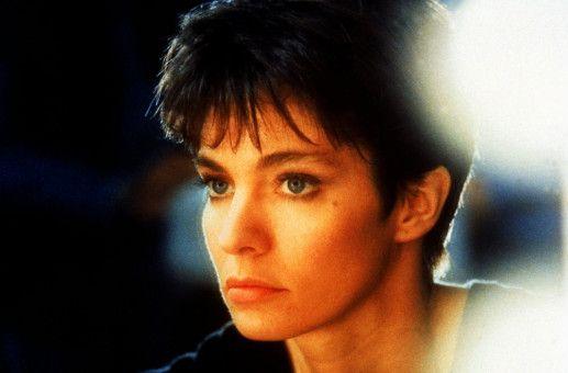 Nach anfänglichen Schwierigkeiten verwandelt sich die wilde Nikita (Anne Parillaud) in eine attraktive und elegante Dame.
