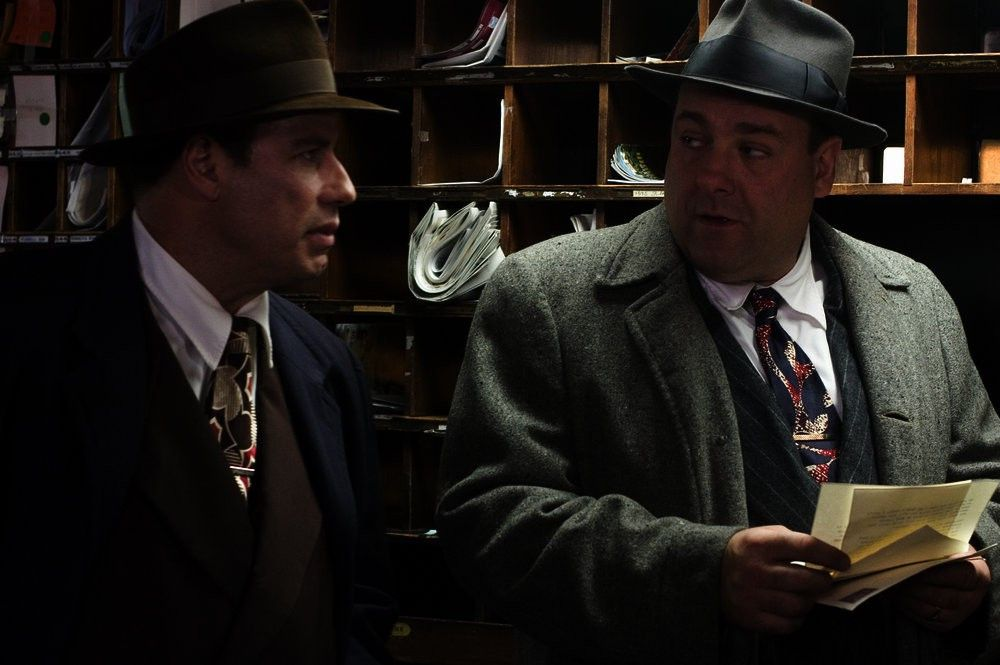 Die Detectives Hildebrandt (James Gandolfini, r.) und Robinson (John Travolta) verfolgen eine heiße Spur.