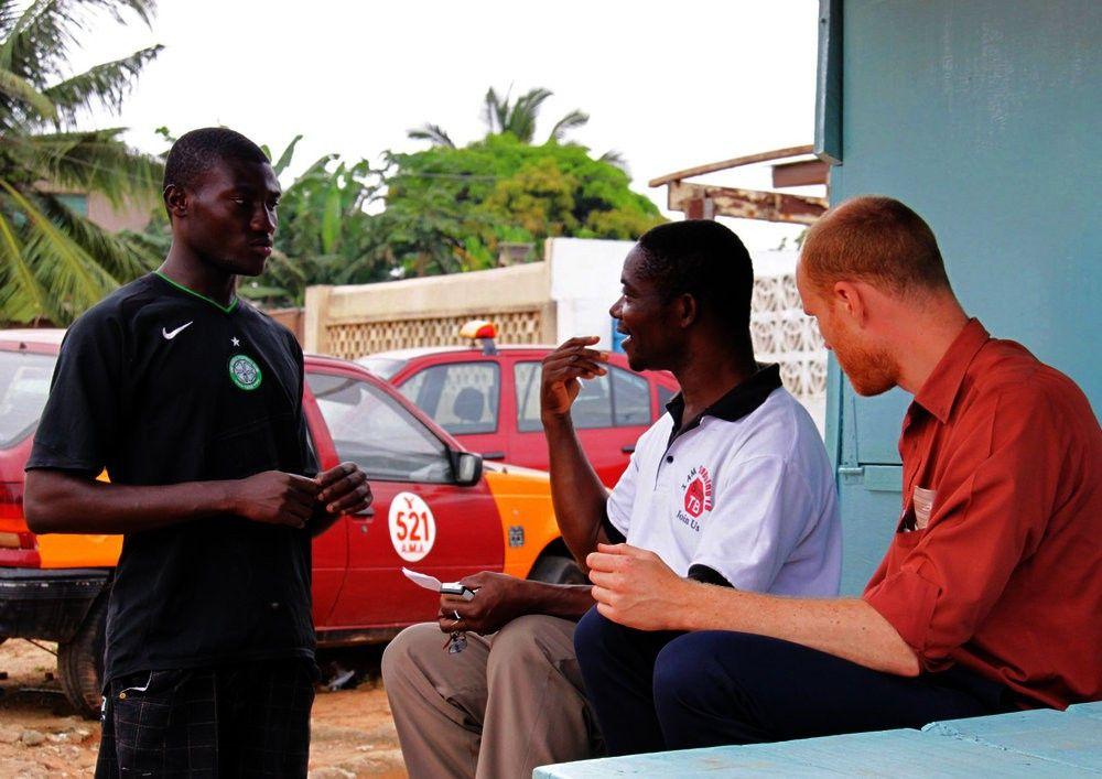 Ludger (re.) fühlt sich zu Hause in Accra.