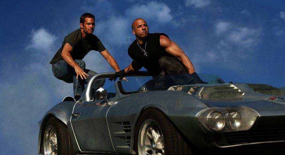 Brian O'Connor (Paul Walker, l.) und Dom Toretto (Vin Diesel) haben den Auftrag, beschlagnahmte Autos von einem fahrenden Zug zu stehlen.
