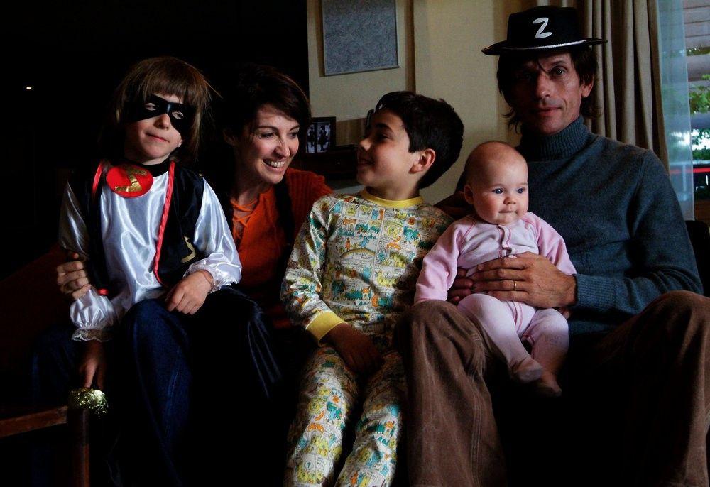Ein Bild aus glücklichen Zeiten: Marie-Jeanne (Zabou Breitman, 2.v.l.), Robert (Jacques Gamblin, r.) und ihre noch zarten 3 Sprößlinge (Darsteller unbekant).