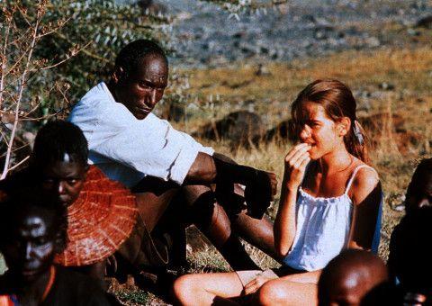 Owuor (Sidede Onyolo, Mitte) macht die kleine Regina (Karoline Eckertz) mit seiner Kultur vertraut.