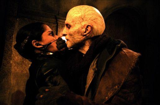 Nyssa (Leonor Varela) trifft auf Nomak (Luke Goss)..