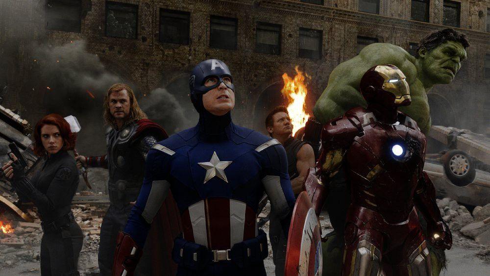 (v.l.) Black Widow (Scarlett Johansson), Thor (Chris Hemsworth), Captain America (Chris Evans), Hawkeye (Jeremy Renner), Iron Man (Robert Downey Jr.) und Hulk (Mark Ruffalo) versuchen den Angriff der außerirdischen Chitauri abzuwehren...